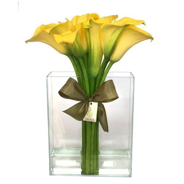 Arranjo de Callas Amarelo em Vaso Retangular de Vidro Furado - M