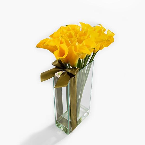 Arranjo de Callas Amarelo em Retangular de Vidro - M