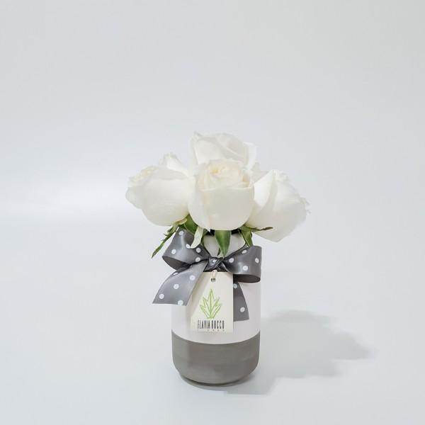 Arranjo de Rosa Branca em Garrafinha Bicolor de Cerâmica - PP