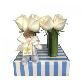 Arranjo de Rosas Brancas em Caixa de Papel Listrada Menino - M