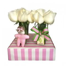 Arranjo de Rosas Brancas em Caixa de Papel Listrada  Menina - M