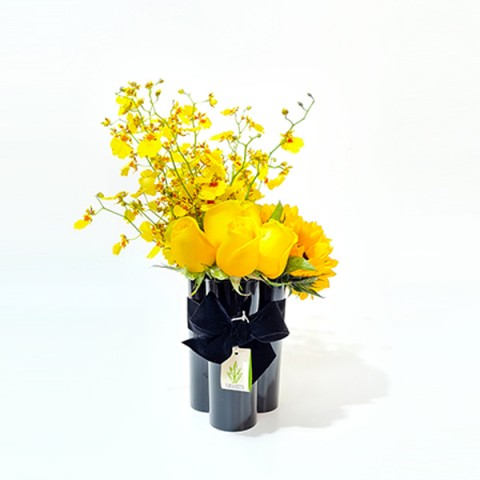 Arranjo de Chuva de Ouro, Girassol e Rosa Amarela em Trio de Copos Acrílicos Pretos - M