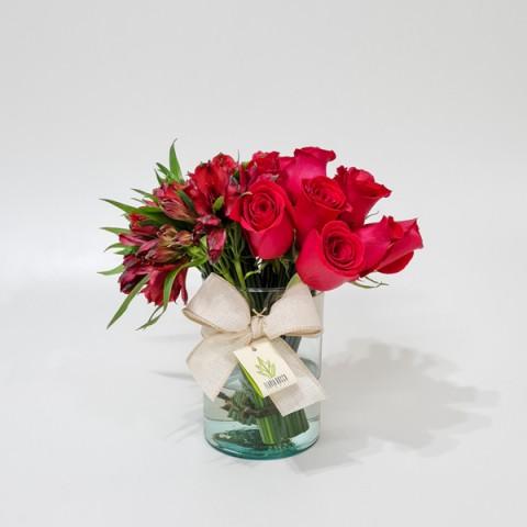 Arranjo de Mix de Flores Vermelhas em Copo de Vidro Alto - M