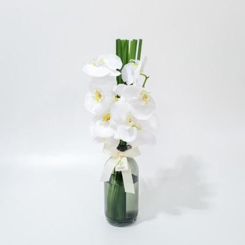 Arranjo de Orquídea Phalaenopsis Branca em Garrafa Fumê - M