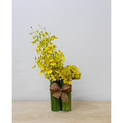 Arranjo de Orquídea Chuva-De-Ouro e Astromélia Amarela em dupla de Copos  Acrílicos - M