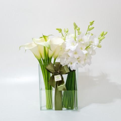 Arranjo de Callas e Orquídea Denphale Branca em Vaso Retangular de Vidro - M