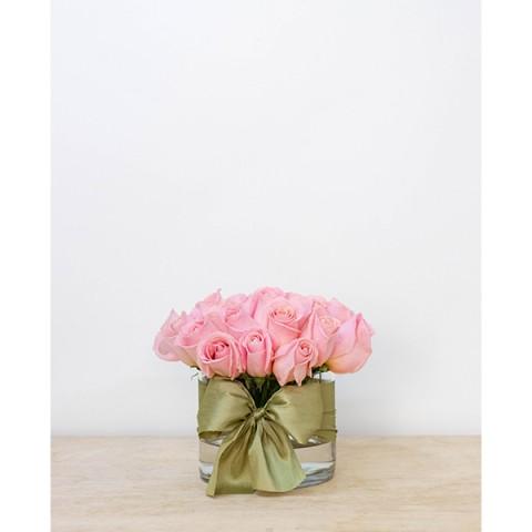 Arranjo de Rosas cor de Rosa em Cilindro Baixo de Vidro M